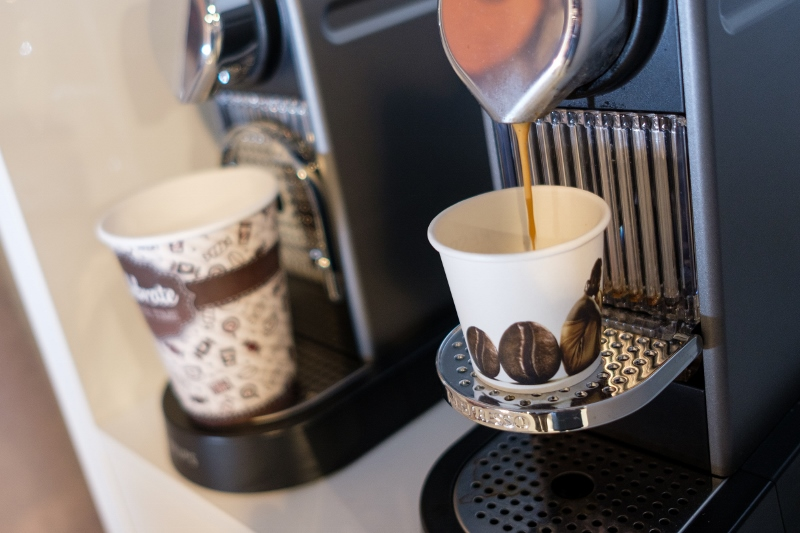 Kartonnen bekers onder Koffieautomaat