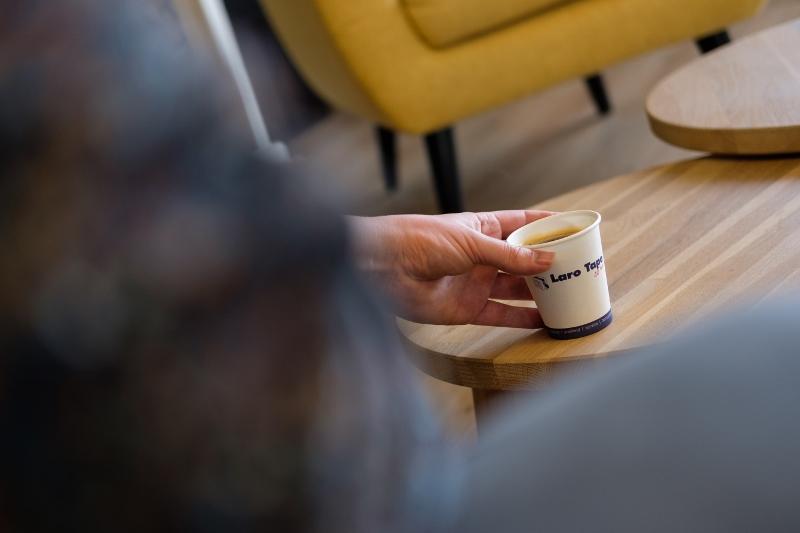 Koffiebeker met eigen opdruk op kantoor